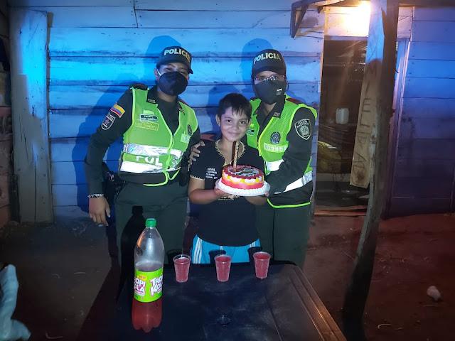 Patrulleras en La Paz, le celebraron en medio de la pandemia, el cumpleaños a un niño