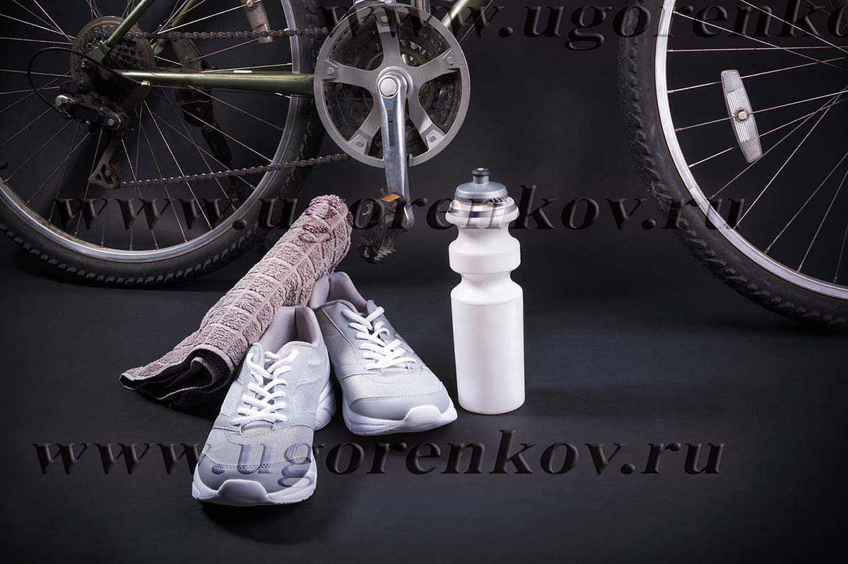 велосипед кроссовки и спортивная бутылка