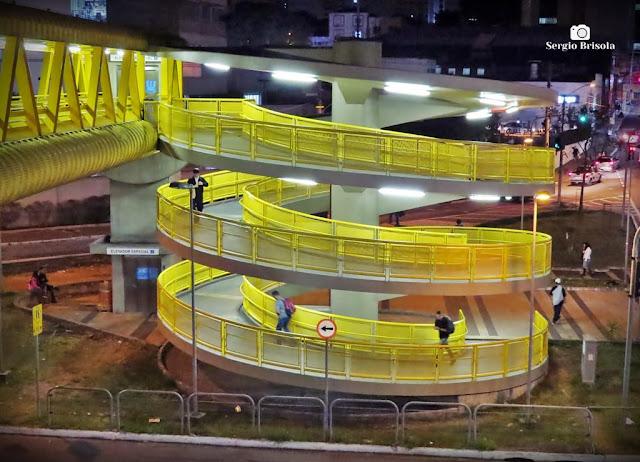 Vista de uma rampa de acesso em caracol de passarela do Terminal Sacomã - Zona Sul - São Paulo