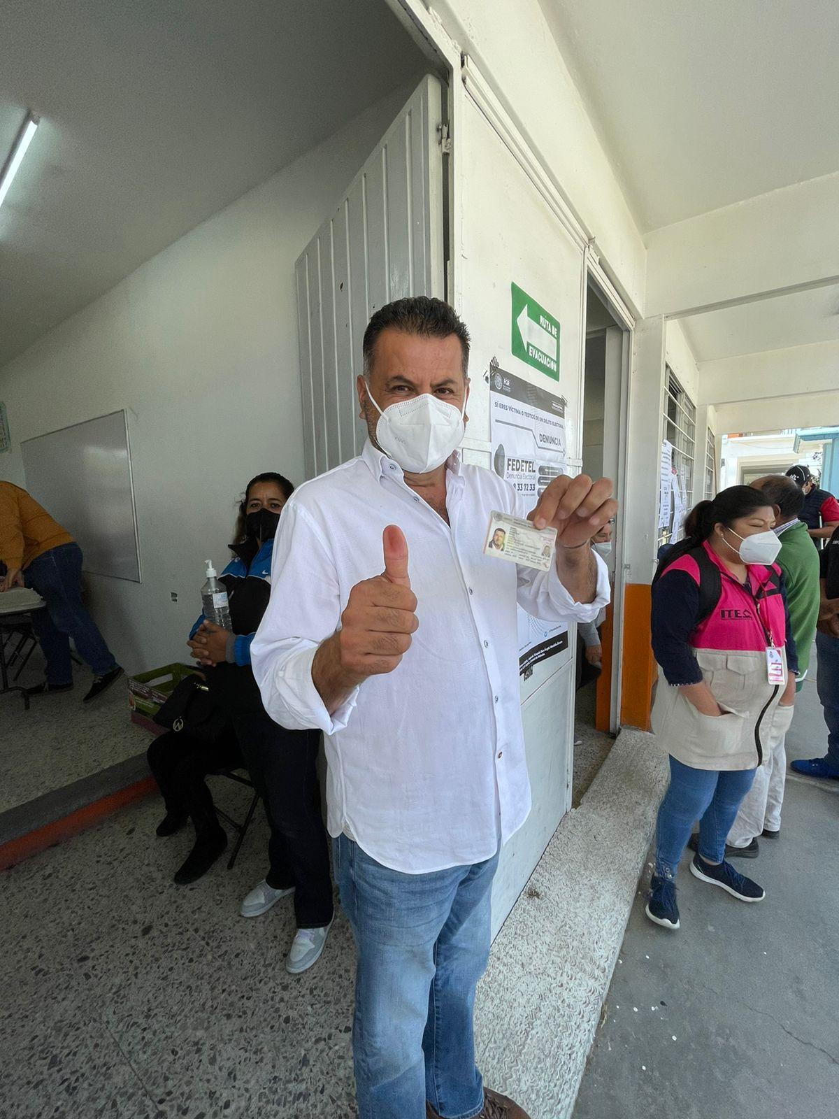 Asiste a votar Rafa Álvarez, candidato de Morena en Apizaco