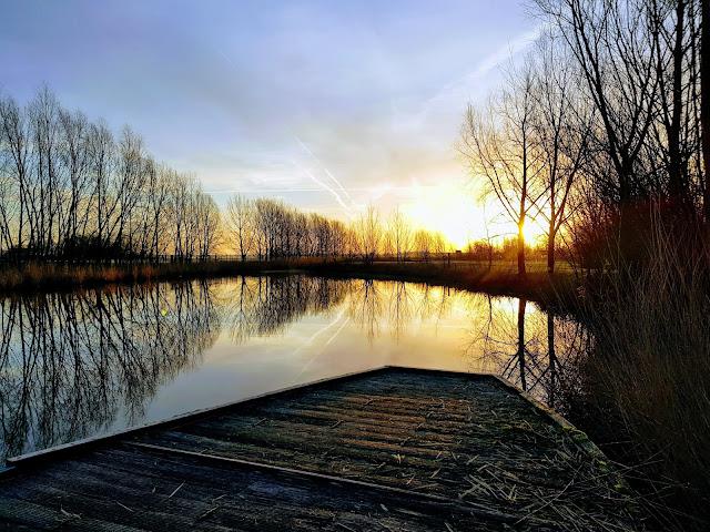 Winterse zonsopgang, prachtige spiegeling in het water