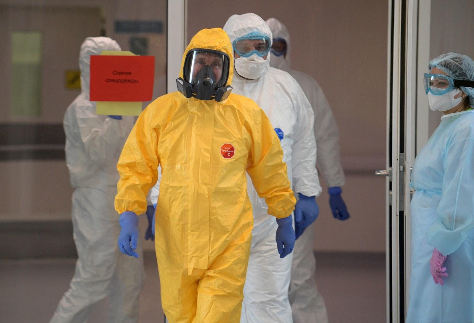 Putin Visits Hospital To Assess COVID-19 Crisis