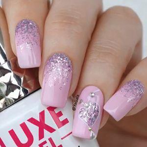 unhas rosa com coração de glitter