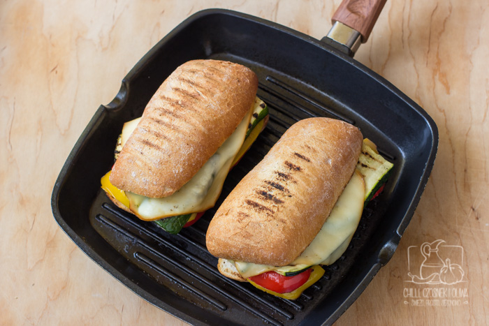 Kanapka panini z grillowanymi warzywami i serem Cagliata