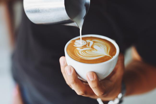 cappuccino sendo preparado por um barista