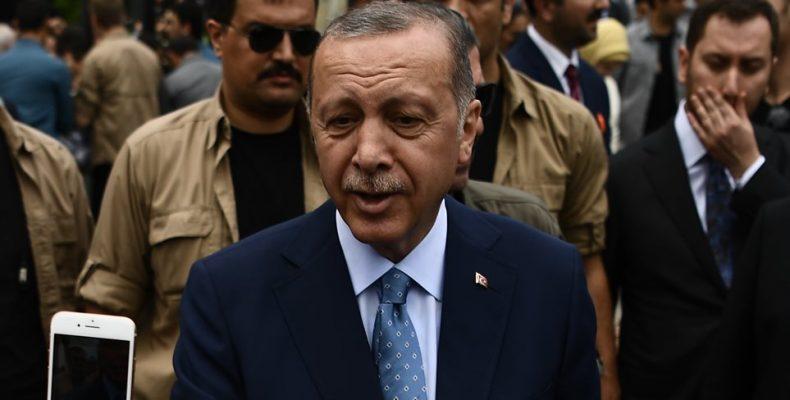 """""""Περισσότερη αξιοπρέπεια οι πόρνες απ' τους υπουργούς του Ερντογάν"""""""