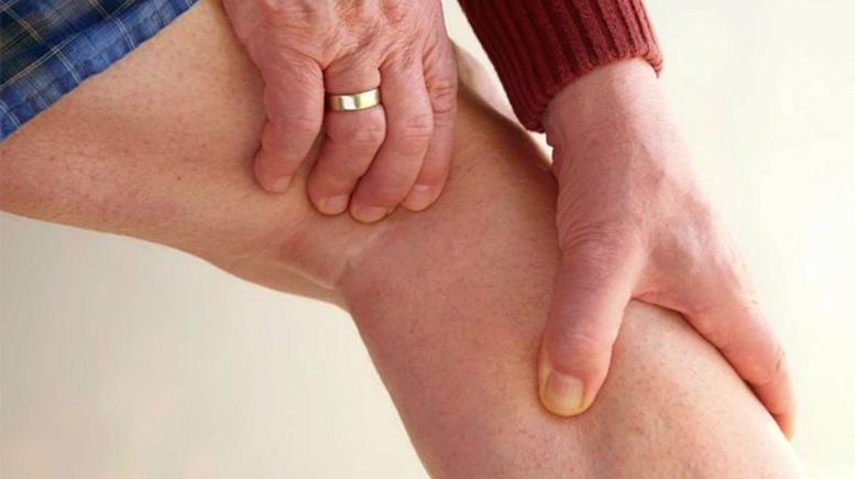 ¿Qué causa dolor en la parte posterior de la pierna detrás de la rodilla?