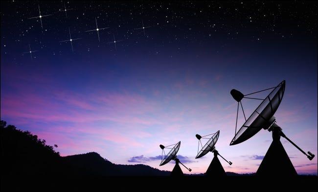 أطباق الأقمار الصناعية عند غروب الشمس.