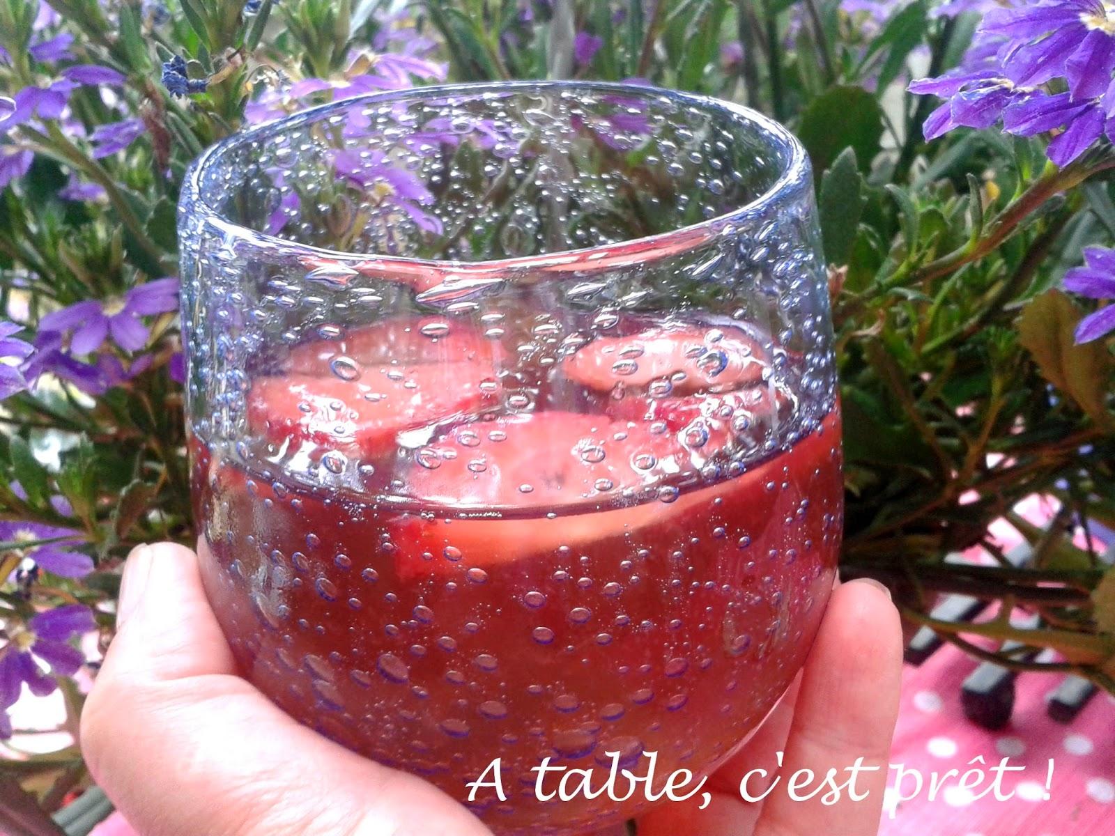 table c 39 est pr t soupe de champagne aux fraises. Black Bedroom Furniture Sets. Home Design Ideas