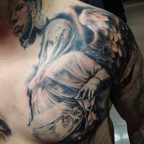 vemos el tatuaje de un angel de la guarda, el tatuaje en 3d