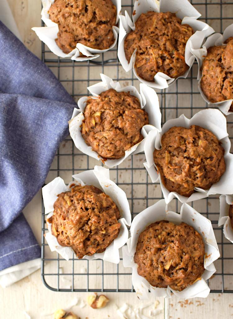 Muffins integrales de manzana y zanahoria, recién salidos del horno