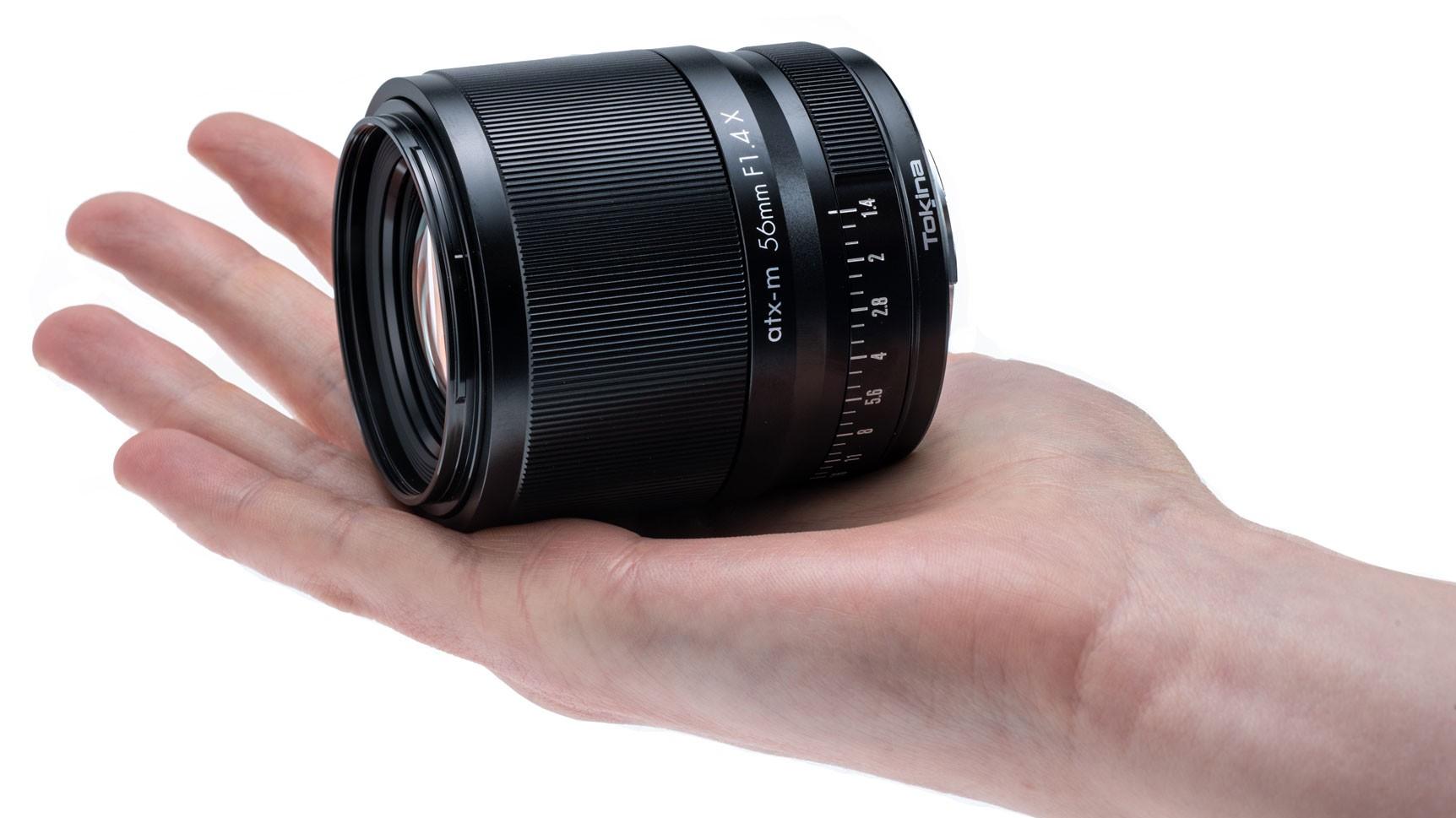 Объектив Tokina atx-m 56mm f/1.4 X  в руке