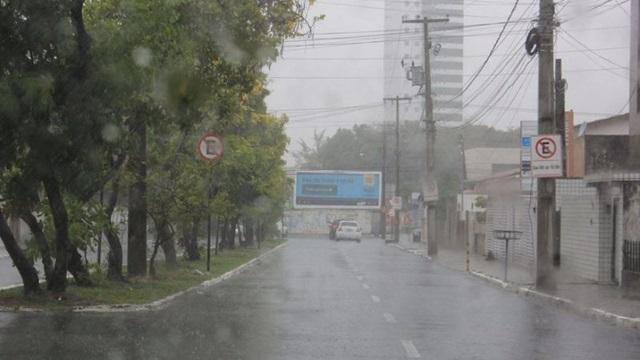 Em apenas 24 horas choveu 36,7% do esperado para o mês de maio na capital