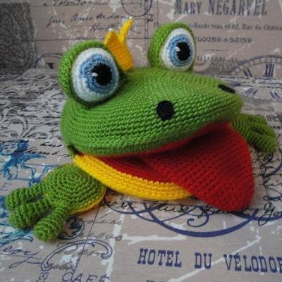 Вязаная лягушка игрушка-варежка крючком