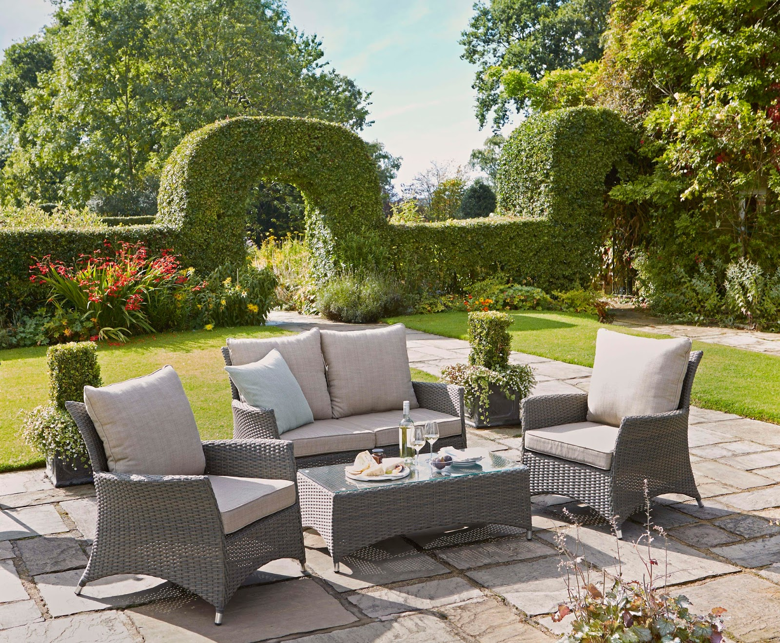 how to create a garden perfect for outdoor entertaining. Black Bedroom Furniture Sets. Home Design Ideas