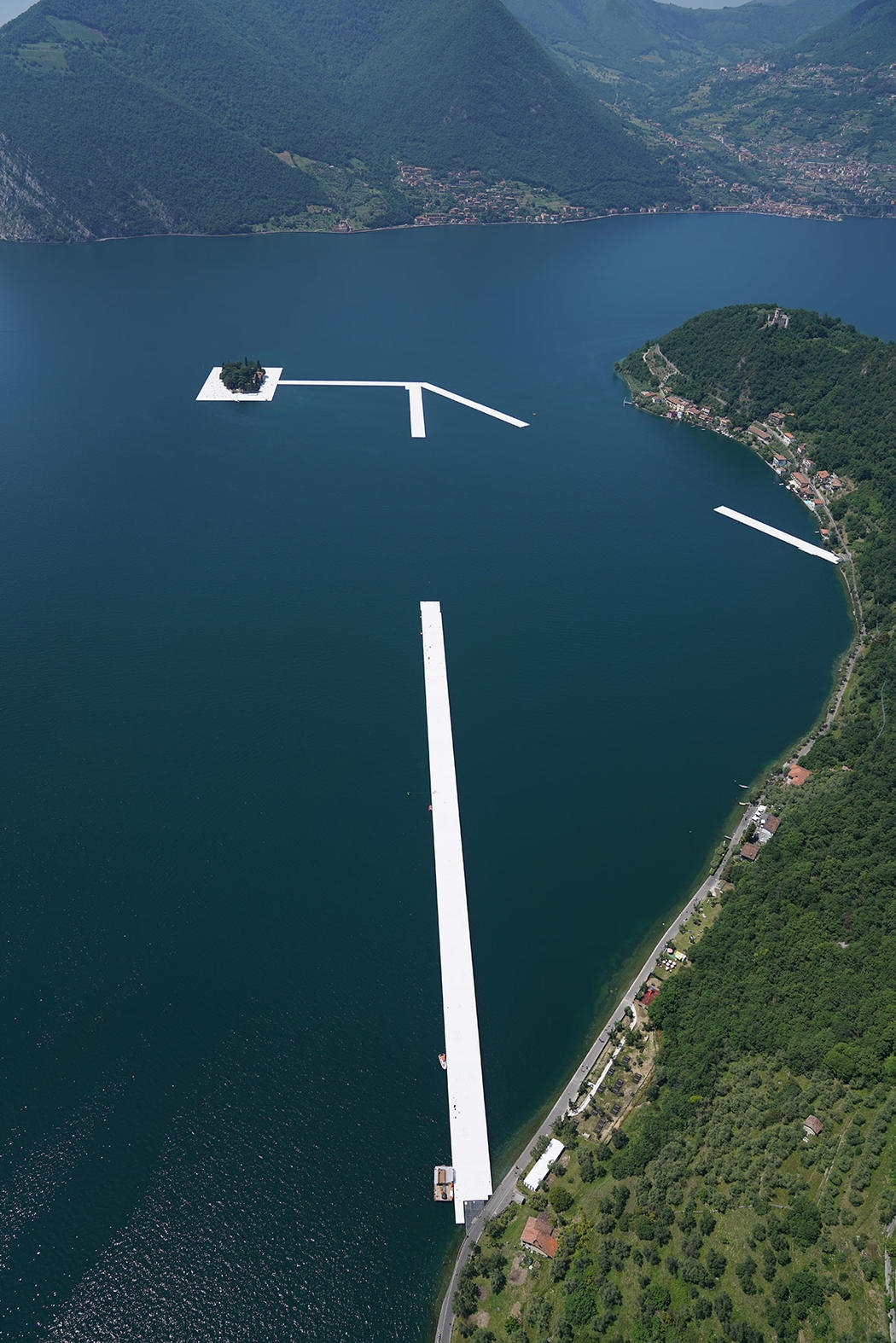 12-Christo-and-Jeanne-Claude-The-Floating-Piers-Walkways-on-Lake-Iseo-Italy-www-designstack-co