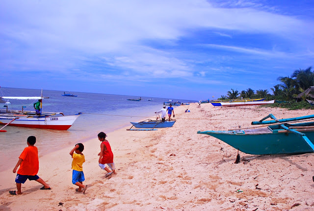 Kids playing in the beach of Jomalig