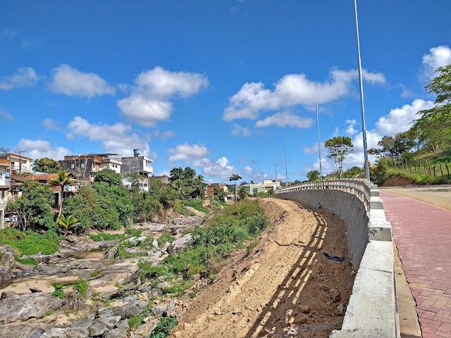 Rio Tracunhaém e Avenida Íris Vieira Souto Maior em Bom Jardim, Pernambuco