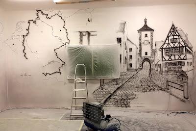 Malowanie graffiti w szkole językowej, obraz monochromatyczny w czarno-bieli. mural 3D warszawa Malowanie murali