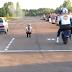 BMW E34 faz picanço com mota pesada…