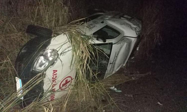 Ambulância com mulher grávida capota 4 vezes após desviar de animal na pista