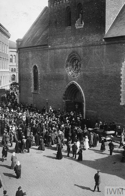 Сентябрь 1917 года. Crowd of civilians and German servicemen leaving the Riga Cathedral after the Thanksgiving Service