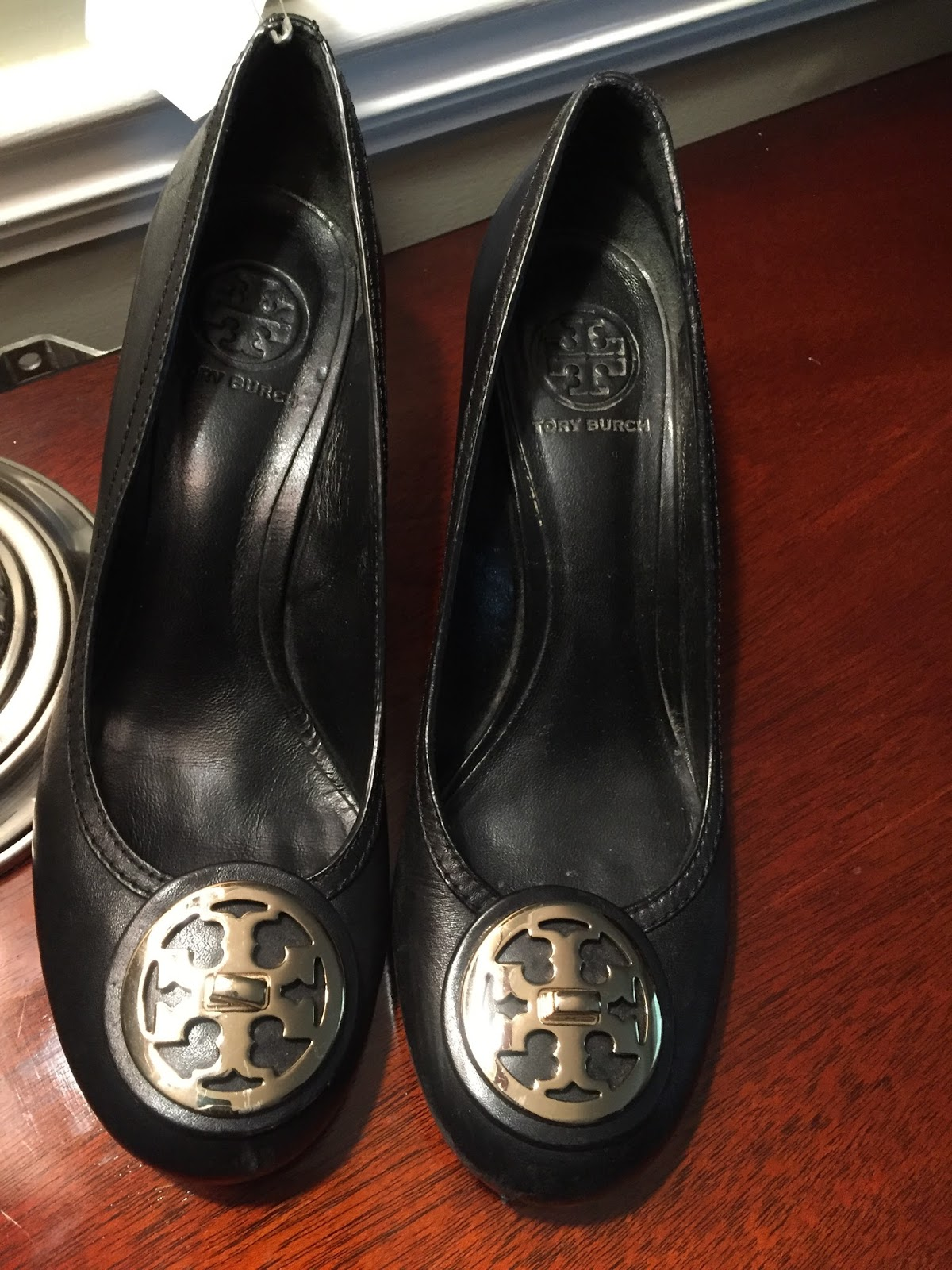 Well it's not every day you get a great pair of TORY BURCH shoes gifted to  you. That's exactly what happened to me when my friend and fellow thrifter  Aresia ...