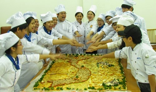 http://tuoitrenews.vn/lifestyle/20005/students-make-mapshaped-pizza-to-support-vietnams-sovereignty-over-islands