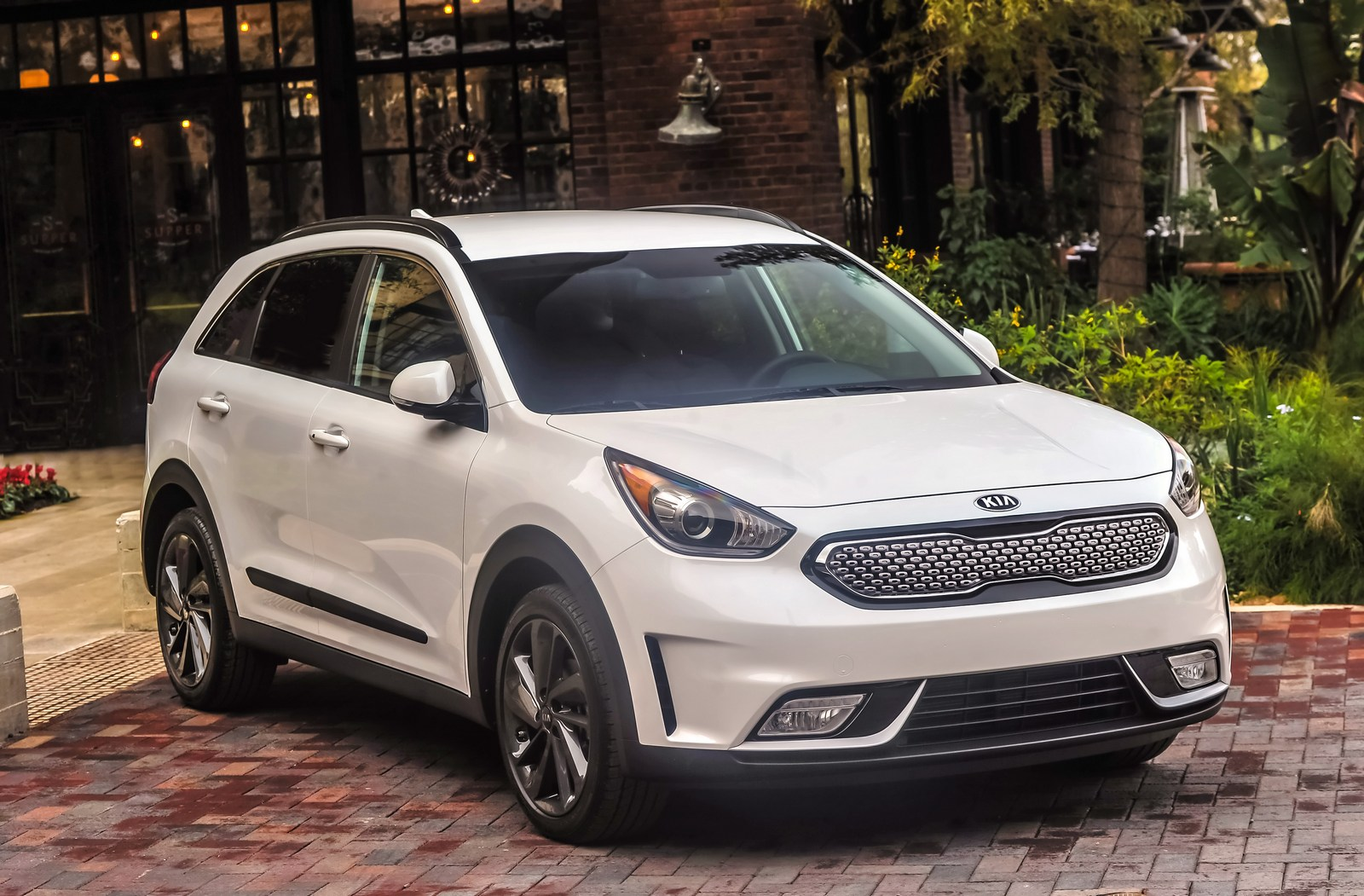 Kia Niro Outselling The Hyundai Ioniq By Nearly 3 To 1