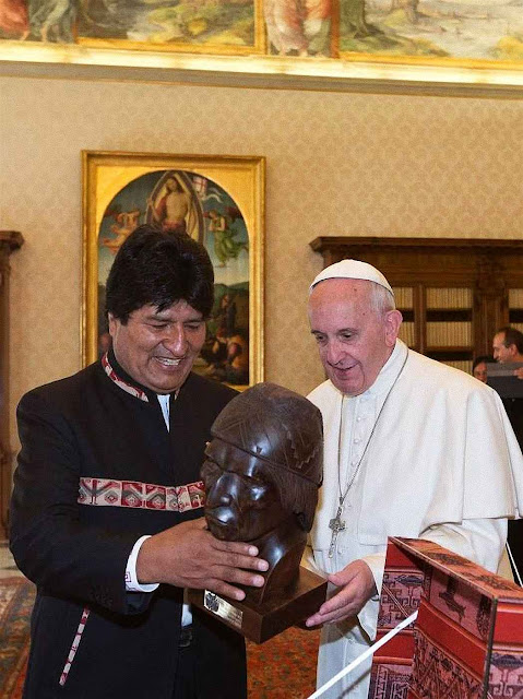 Evo deu mais um presente de sabor marxista a Francisco I: Um busto do líder indígena Tupac Amaru símbolo da guerrilha comunista e da Teologia da Libertação