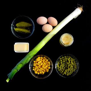 Składniki na sałatkę z pora z kukurydzą, jajkiem i groszkiem.