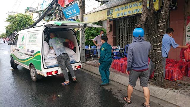 Giao gạo từ thiện đến khu cách ly