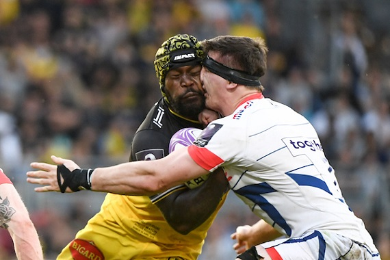 Levani Botia of La Rochelle and Tom Curry of Sale Sharks