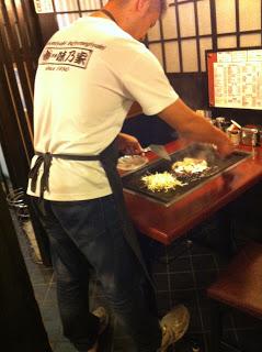 lo chef del ristorante che ci prepara l'okonomiyaki