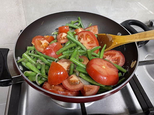 Green beans with tomatoes in olive oil