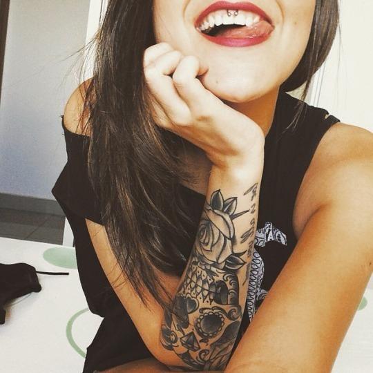 chica con tatuaje de calavera mexicana en el antebrazo