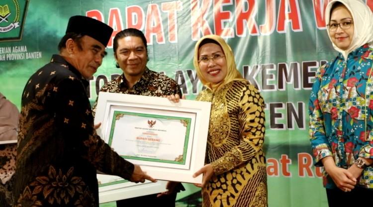 Peduli Program Keagamaan, Bupati Serang Raih Penghargaan dari Menteri Agama RI