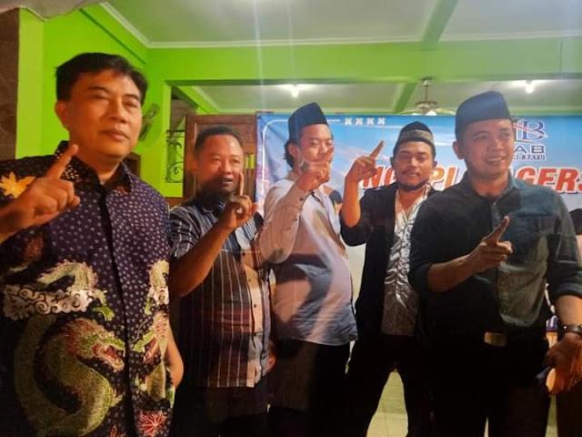NGOPI BARENG : Mantan Bupati Rembang dua periode Moch Salim (dua dari kiri) memberikan dukunganya kepada pasangan calon Bupati dan Wakil Bupati Rembang, Harno-Bayu