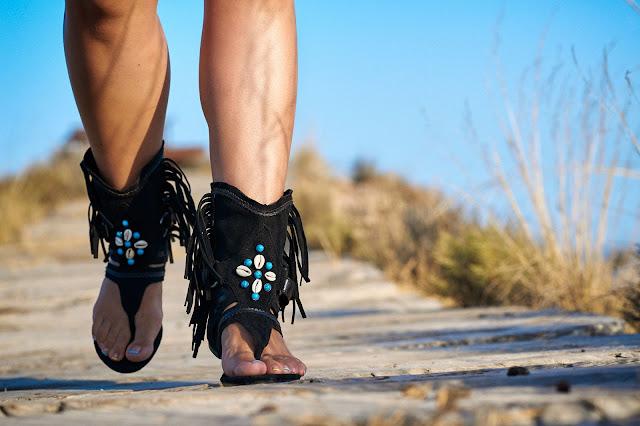 Sandalias bohemias conchas y flecos