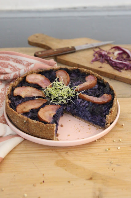 Cuillère et saladier : Tarte au chou rouge, tofu fumé et poire (vegan)