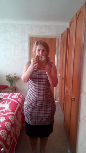Femeie matura cu rochie pe corp, bodycon