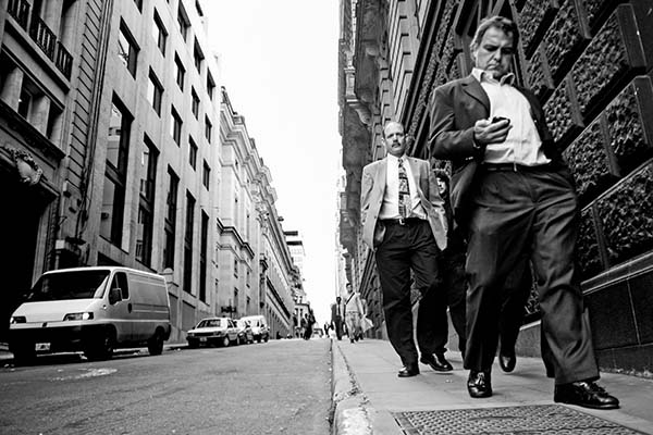 Gente caminando en una calle céntrica