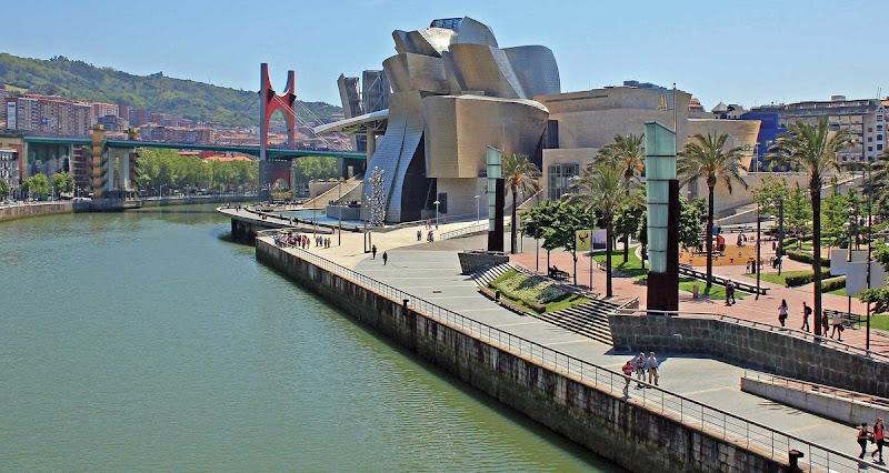 Museo Guggenheim. Junto a la rambla de la ría Nervion, en la ciudad de Bilbao