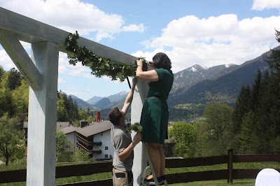 Aufbau zur Hochzeitsfeier auf der Panoramawiese am Riessersee Hotel Garmisch