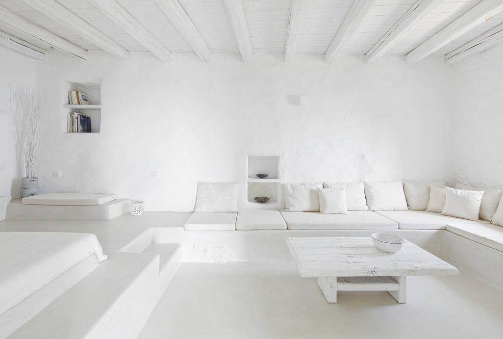 En un entorno natural paradisiaco en Grecia hay dos apartamentos minimalistas, blancos, interamente hechos de piedra y con una espectacular vista al mar Egeo que te dejan sin aliento por su belleza. - Melanopetra