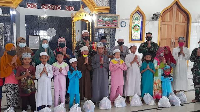 Takjil Dibagikan Koramil 1310-05/Kauditan Kepada Para Anak Yatim Di Bulan Suci Ramadhan