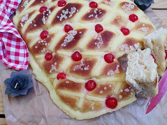 Coca de San Juan. Receta de Xavier Barriga típica de la festividad de San Joan. Verano, hogueras, postre, crema pastelera, tierno, esponjoso, masa, brioche, panificadora, guindas, cerezas. Horno. Cuca