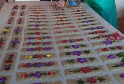 papel-antemoro-de-elaboracion-artesanal-con-flores-frescas-en-madagascar
