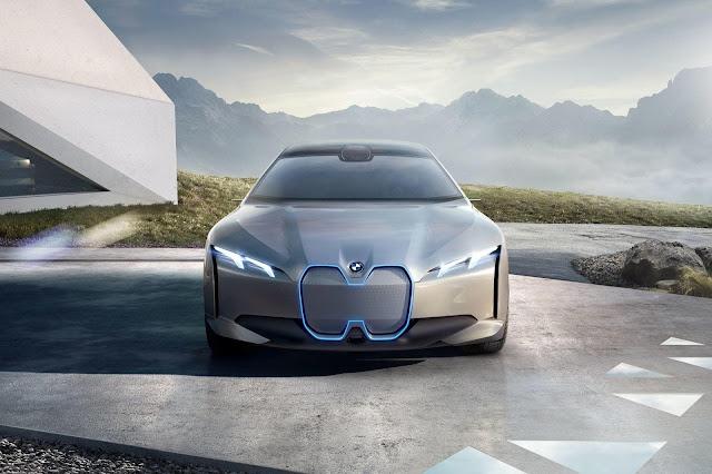 Auto ultra moderno BMW i4 color gris plata con luz de neón azul parte frontal