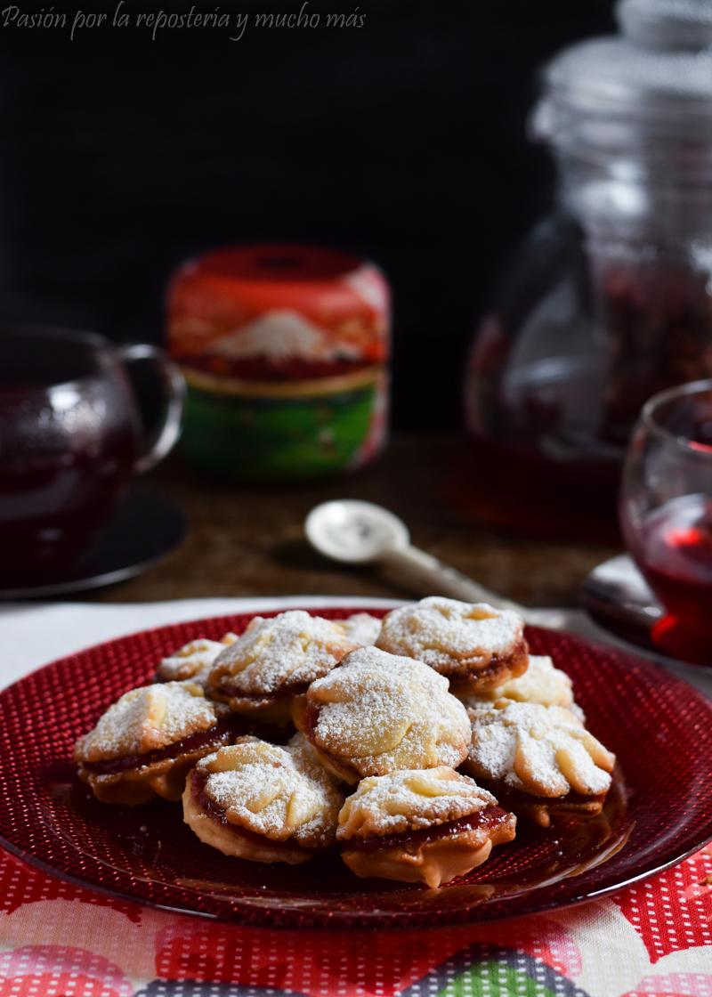 Pastas de té rellenas de mermelada de frambuesa